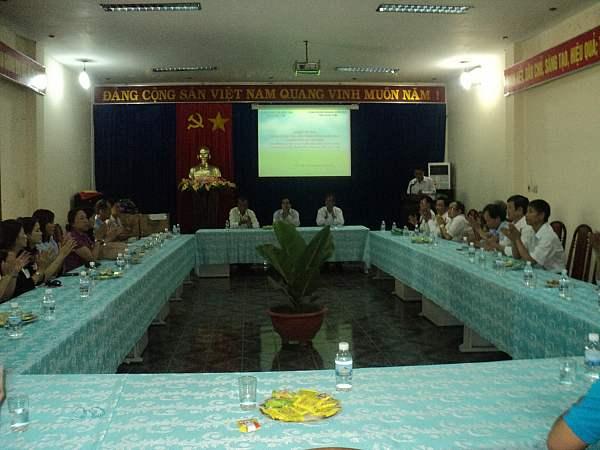 Công đoàn Giáo dục thành phố Hồ Chí Minh trao tặng quà cho Công đoàn Giáo dục tỉnh Kon Tum
