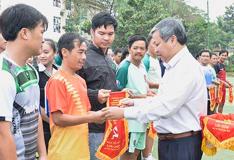 Tổ chức Giải bóng đá nam chào mừng ngày Nhà giáo Việt Nam