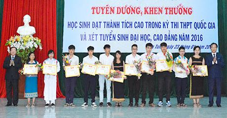 Tuyên dương, khen thưởng học sinh đạt thành tích cao trong kỳ thi THPT quốc gia và xét tuyển sinh đại học, cao đẳng năm 2016