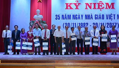 20171118090325Tri ân các cựu nhà giáo đã chuyển công tác ở các ngành khác trong tỉnh