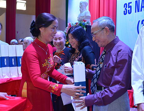 20171118090425lãnh đạo tỉnh tặng quà đến các nhà giáo đã nghỉ hưu