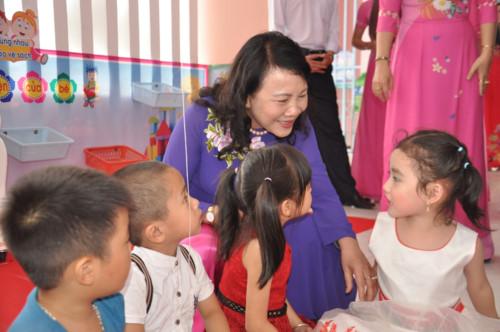 Thứ trưởng Nguyễn Thị Nghĩa ân cần thăm hỏi các bé Trường MN Sao Mai.