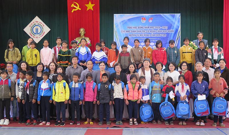 Trao học bổng Vừa A Dính cho học sinh có hoàn cảnh khó khăn tại Kon Tum -0