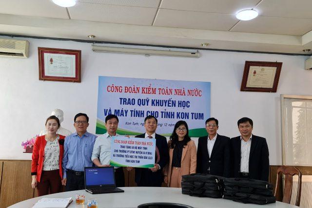 Công đoàn Kiểm toán Nhà nước trao học bổng và tặng máy tính cho trường học