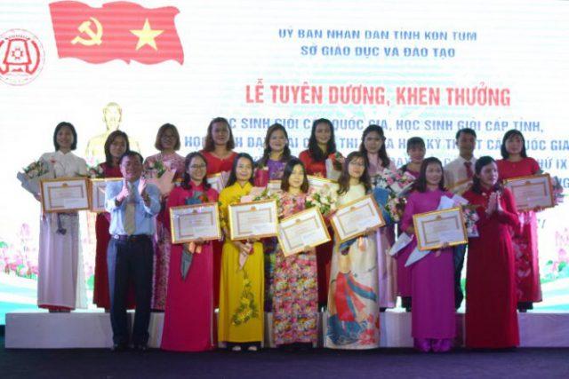Tuyên dương, khen thưởng giáo viên dạy giỏi, học sinh đạt giải trong các kỳ thi học sinh giỏi quốc gia, cấp tỉnh năm học 2020-2021