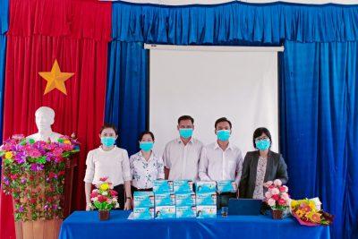 Sở Giáo dục và Đào tạo cùng với Công đoàn ngành Giáo dục tỉnh Kon Tum tặng 1000 khẩu trang y tế cho các học sinh thi Tốt nghiệp THPT năm 2020 tại huyện Đăk Glei