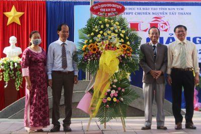 Đồng chí Chủ tịch UBND tỉnh Nguyễn Văn Hòa dự Lễ khai giảng năm học mới tại Trường THPT Chuyên Nguyễn Tất Thành
