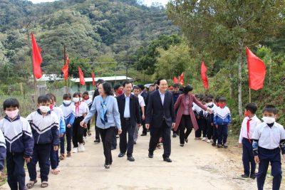 Sự chia sẻ nhiều ý nghĩa với thầy trò vùng khó Kon Tum