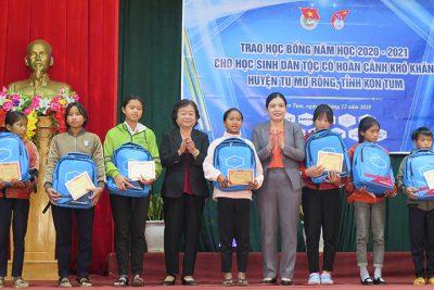 Trao học bổng Vừa A Dính cho học sinh có hoàn cảnh khó khăn tại Kon Tum