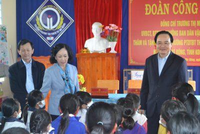 Trưởng Ban Dân vận Trung ương Trương Thị Mai thăm, tặng quà học sinh nghèo huyện Tu Mơ Rông